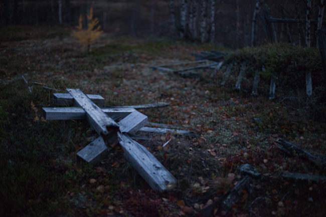 Holzkreuze auf dem Boden