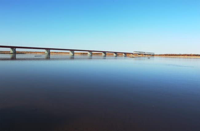 Bahnstrecke über einem See