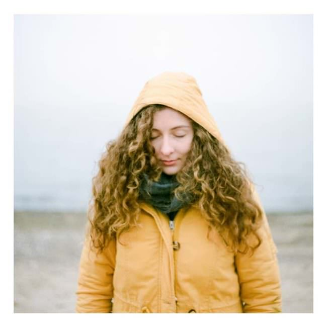 Frau im gelben Regenmantel