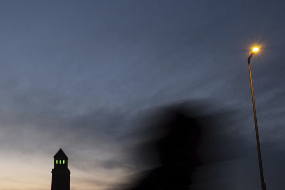 Schatten, Turm und Sonnenuntergang