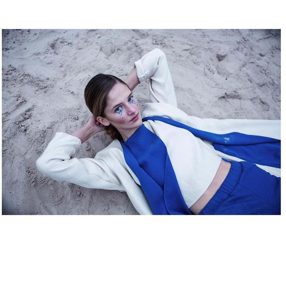 Frau liegt im Sand