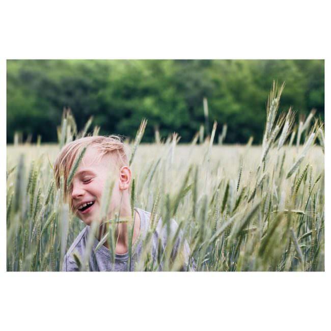Kind im Feld