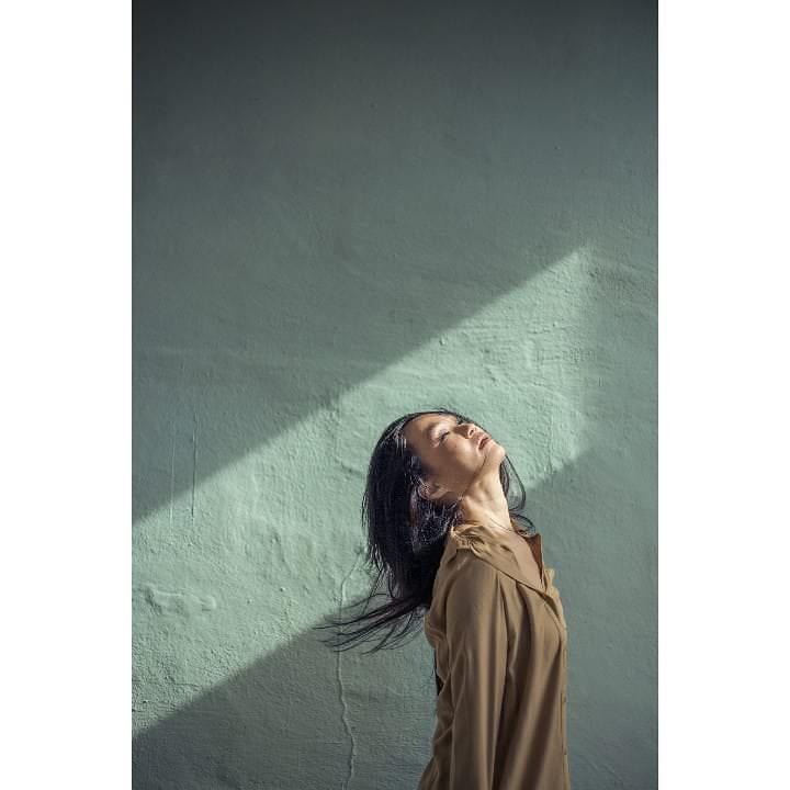 Frau mit Lichtstreifen an der Wand