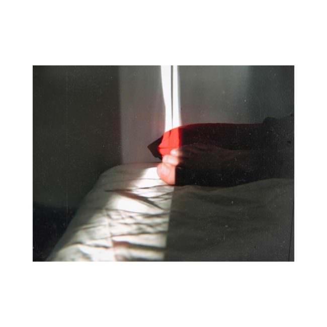 Lichtstreifen auf einem Bett
