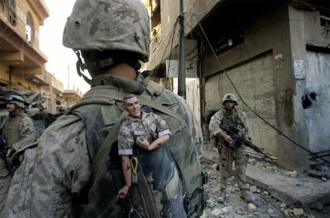 Ein Soldat mit soldatenfigur im Rucksack