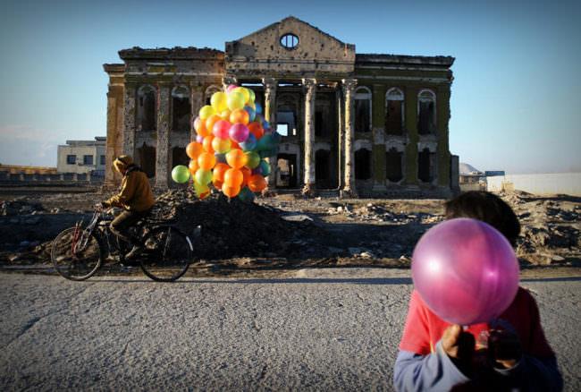 Luftballons vor einem alten Gebäude