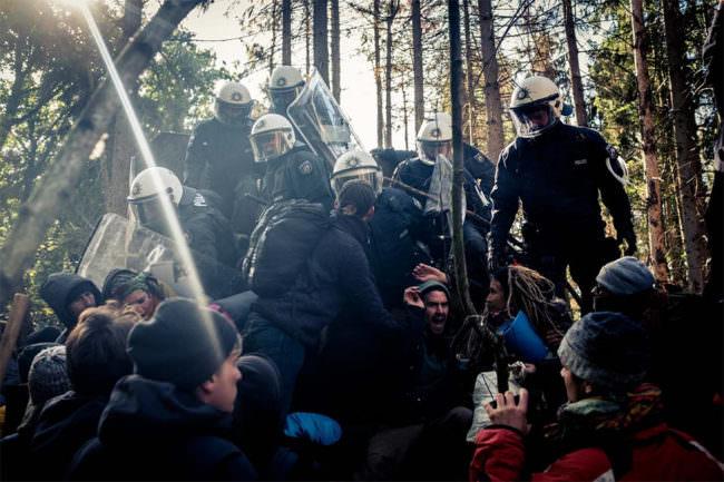 Polizist*innen gehen auf Demonstrierende los