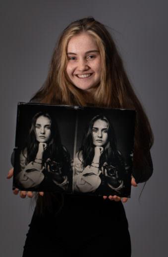 Frau hält 3D-Portrait von sich selbst