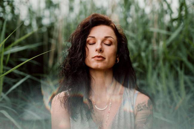 Frauenportrait im Gras