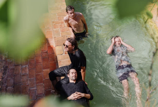 Menschen im und am Pool von oben fotografiert