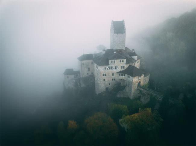 Burg im Nebel