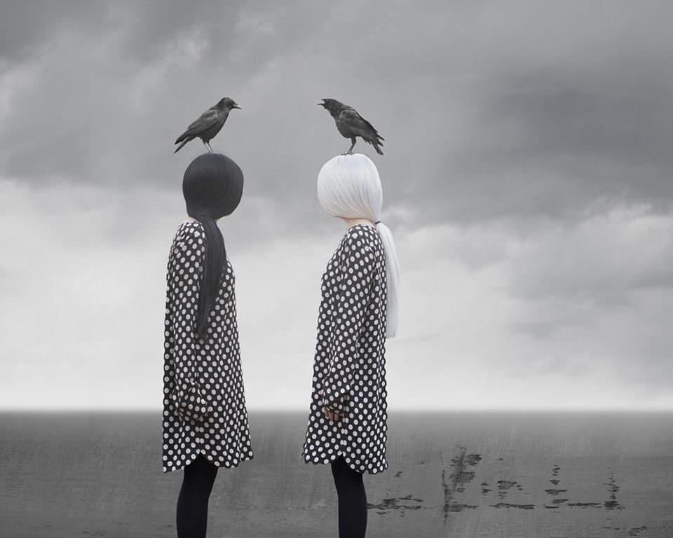 zwei Mädchen mit Krähen auf dem Kopf
