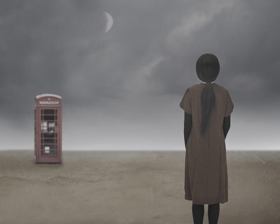 Mädchen mit Telefonzelle