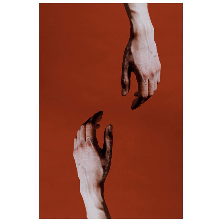 Zwei Hände vor rotem Hintergrund