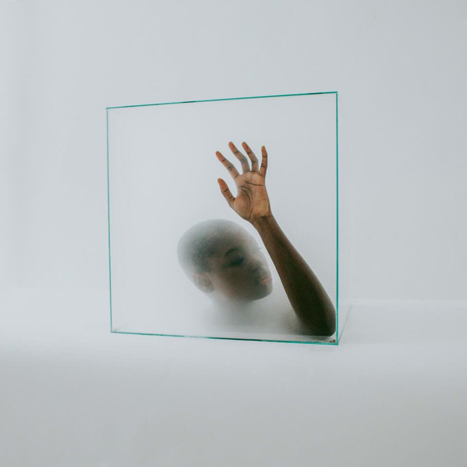 Frau mit Kopf in einer Glasbox