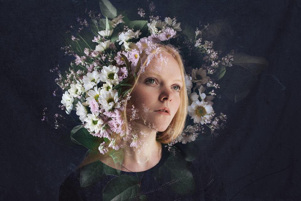 Frau mit Blumen um den Kopf