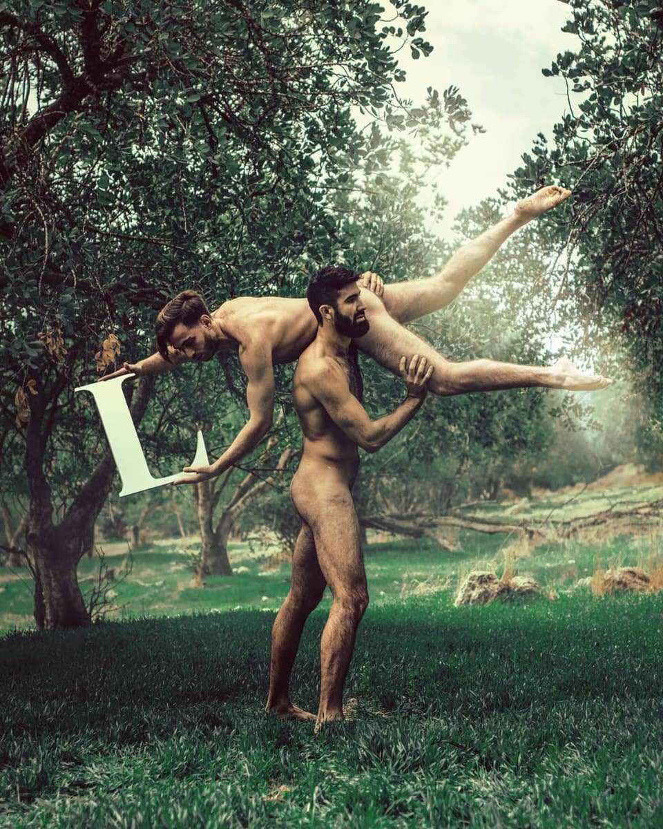 Zwei nackte Männer in akrobatischer Pose mit einem L