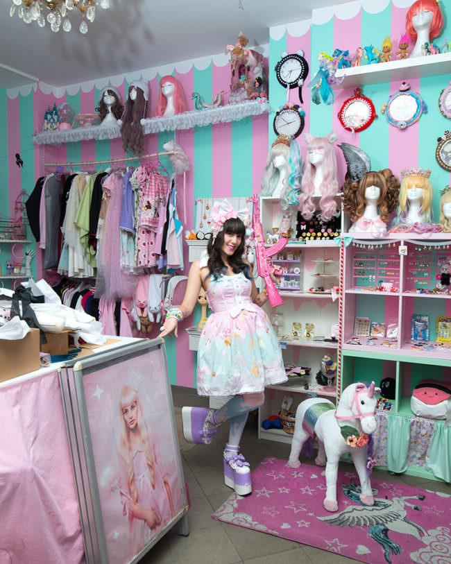 Frau in buntem Kleid in buntem Raum