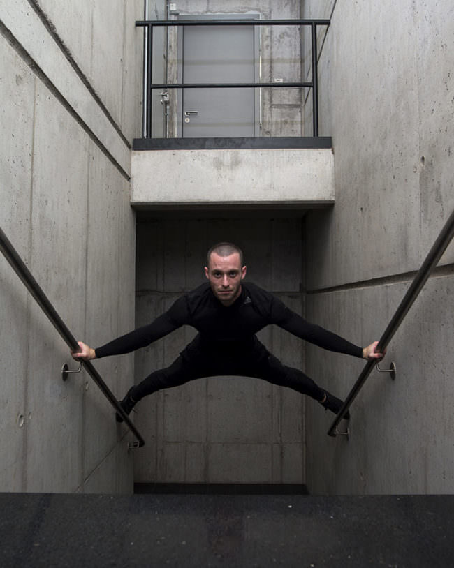 Mann zwischen Treppengeländer