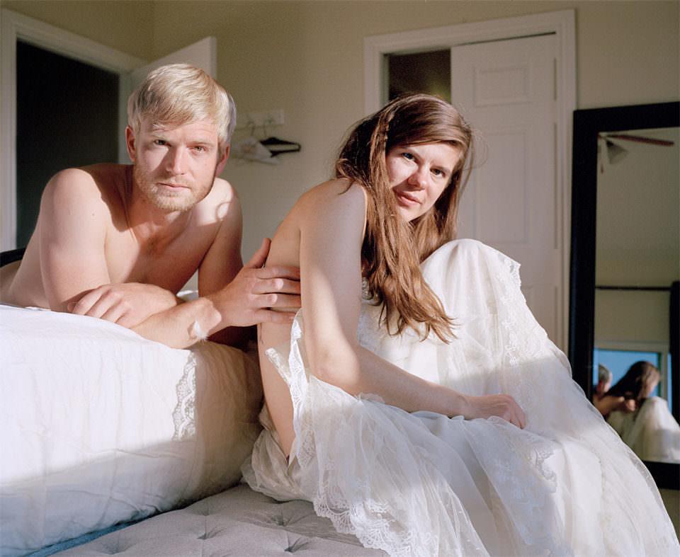 Zwei Menschen son Sonnenlicht beschienen