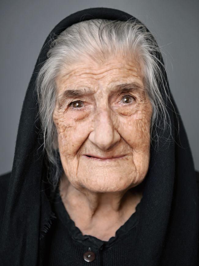 Portrait mit Kapuze