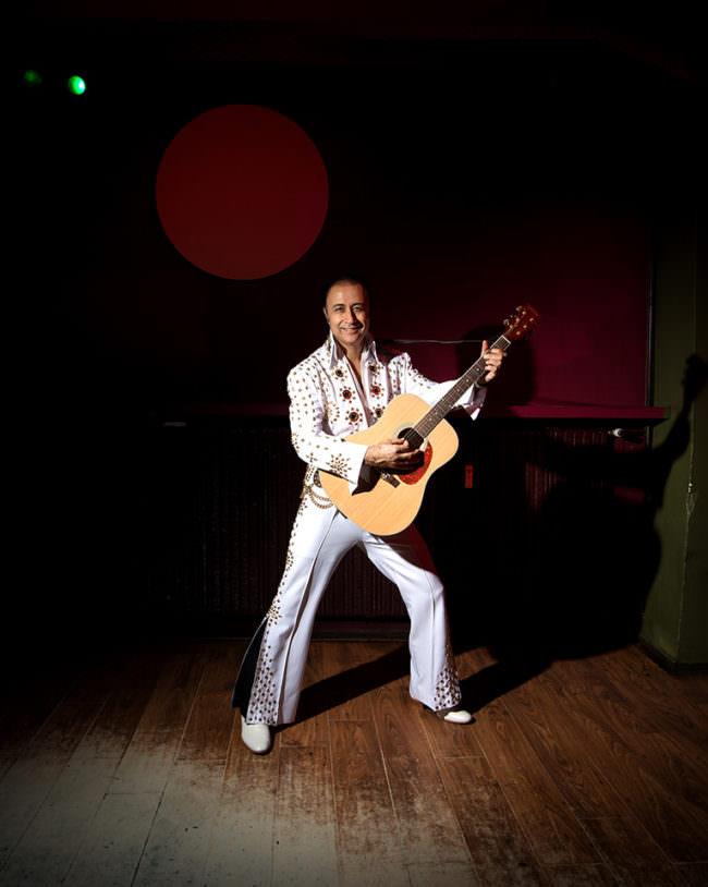 Person als Elvis verkleidet mit Gitarre