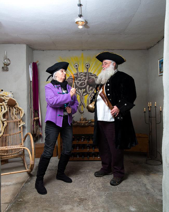 Zwei Personen mit Hut und Kochlöffel in der Hand