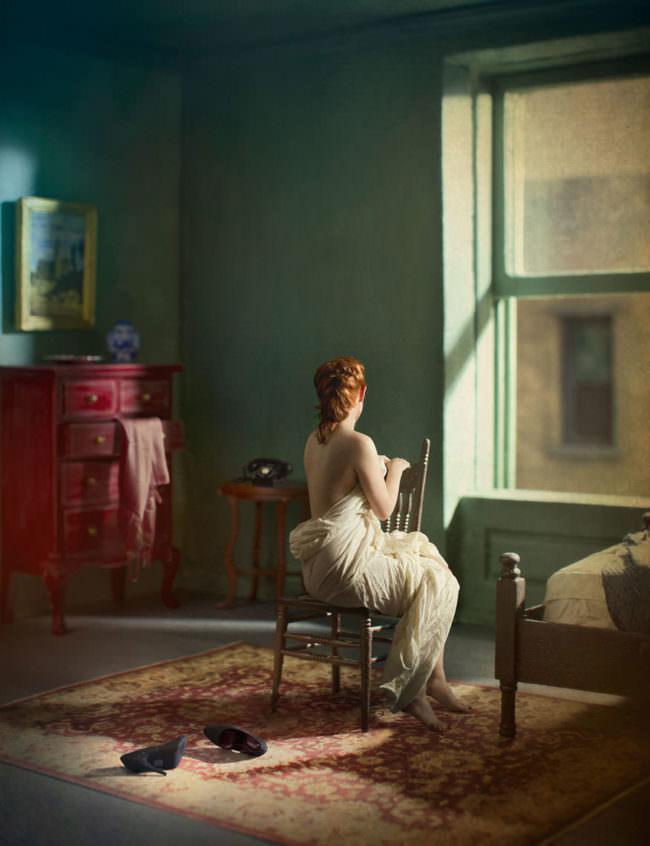 Frau auf einem Stuhl sieht aus dem Fenster