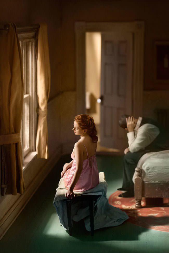 Frau und Mann sitzen im Schlafzimmer
