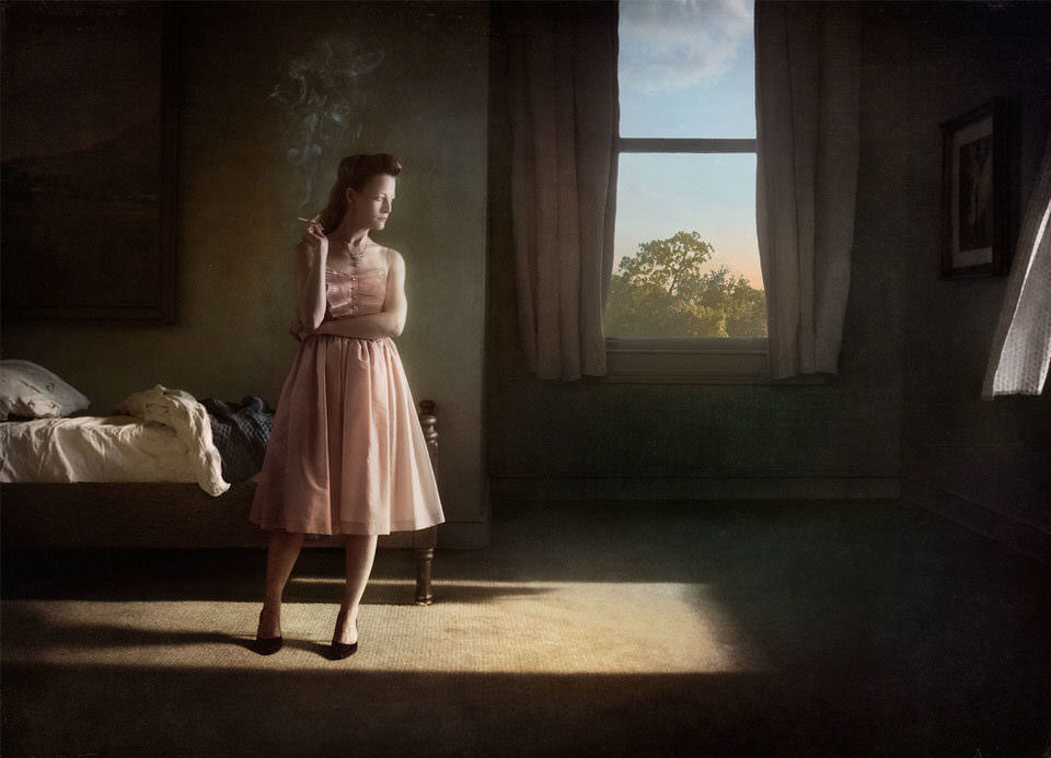 Frau steht im Zimmer