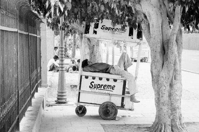 Mann schläft auf einem Wagen
