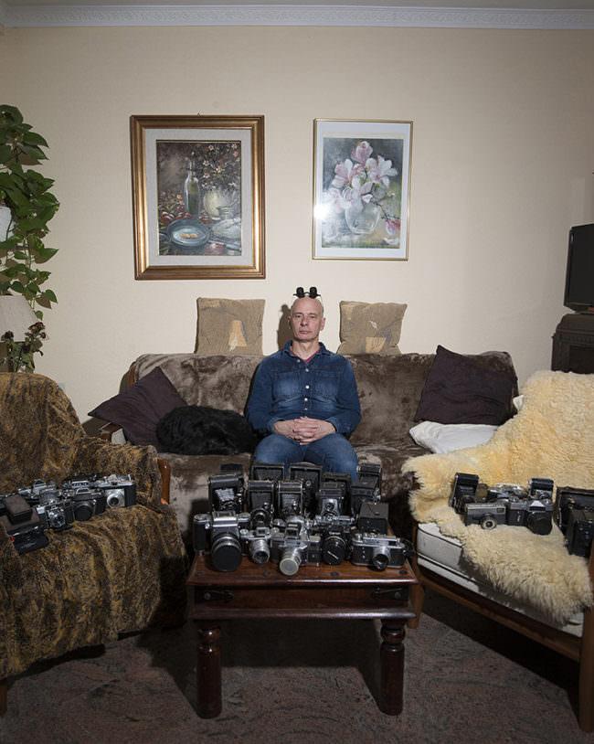 Mann in Wohnzimmer mit Kameras