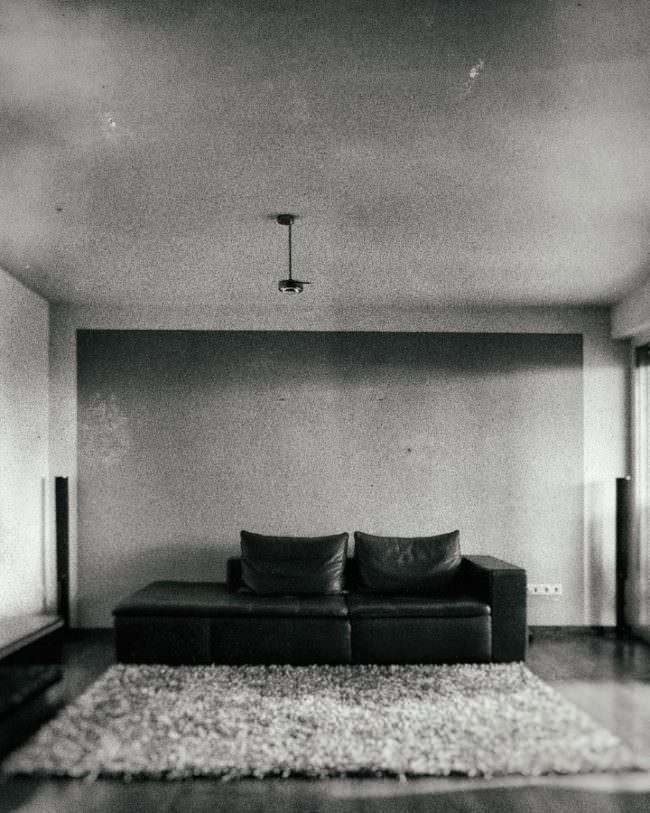 Sofa in einem leeren Raum
