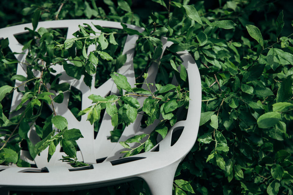 Blätter zwischen einem Plastikstuhl