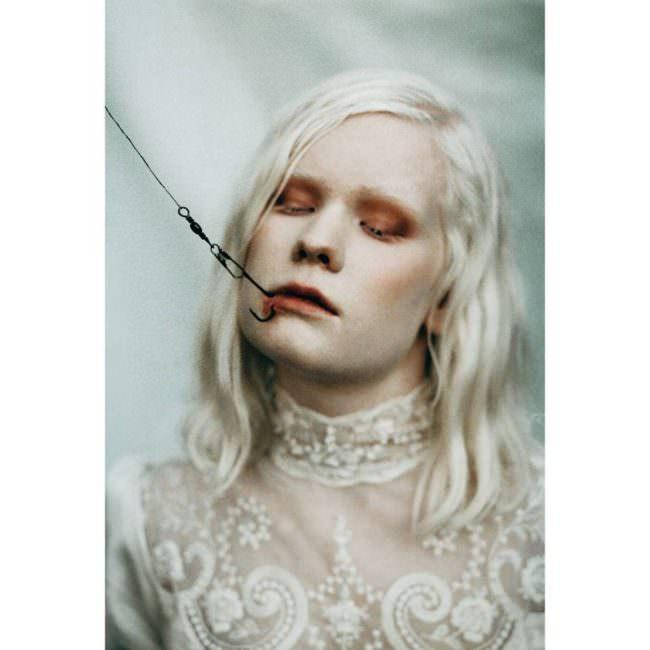 Frau mit Haken in der Lippe