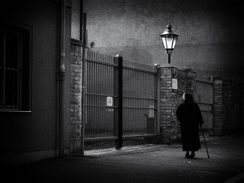 Nonne vor einem Tor auf der Straße