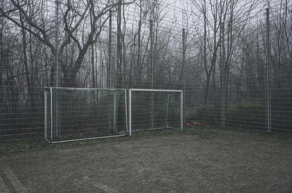 Schotterplatz mit Fußballtoren