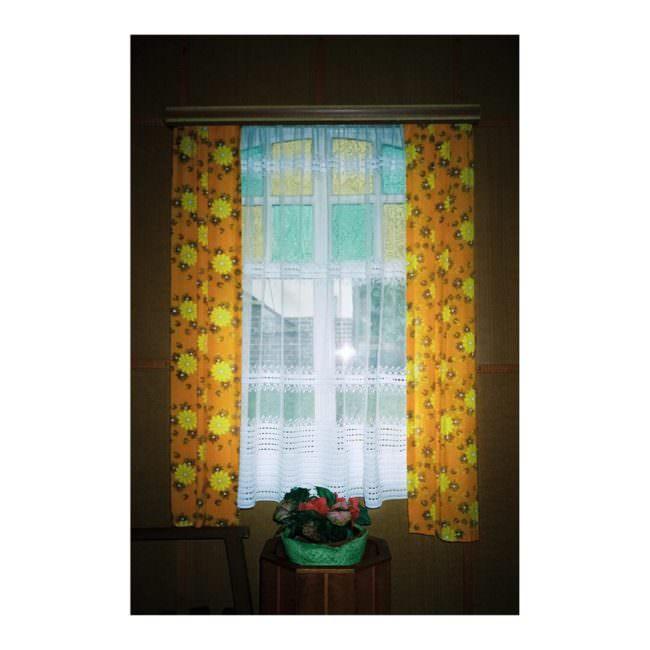 Fenster mit buntem Vorhang