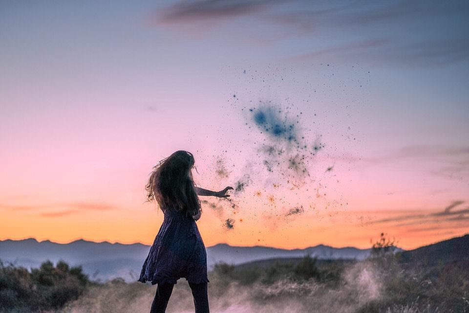 Surreales Bild einer Frau, die etwas in die Luft wirft