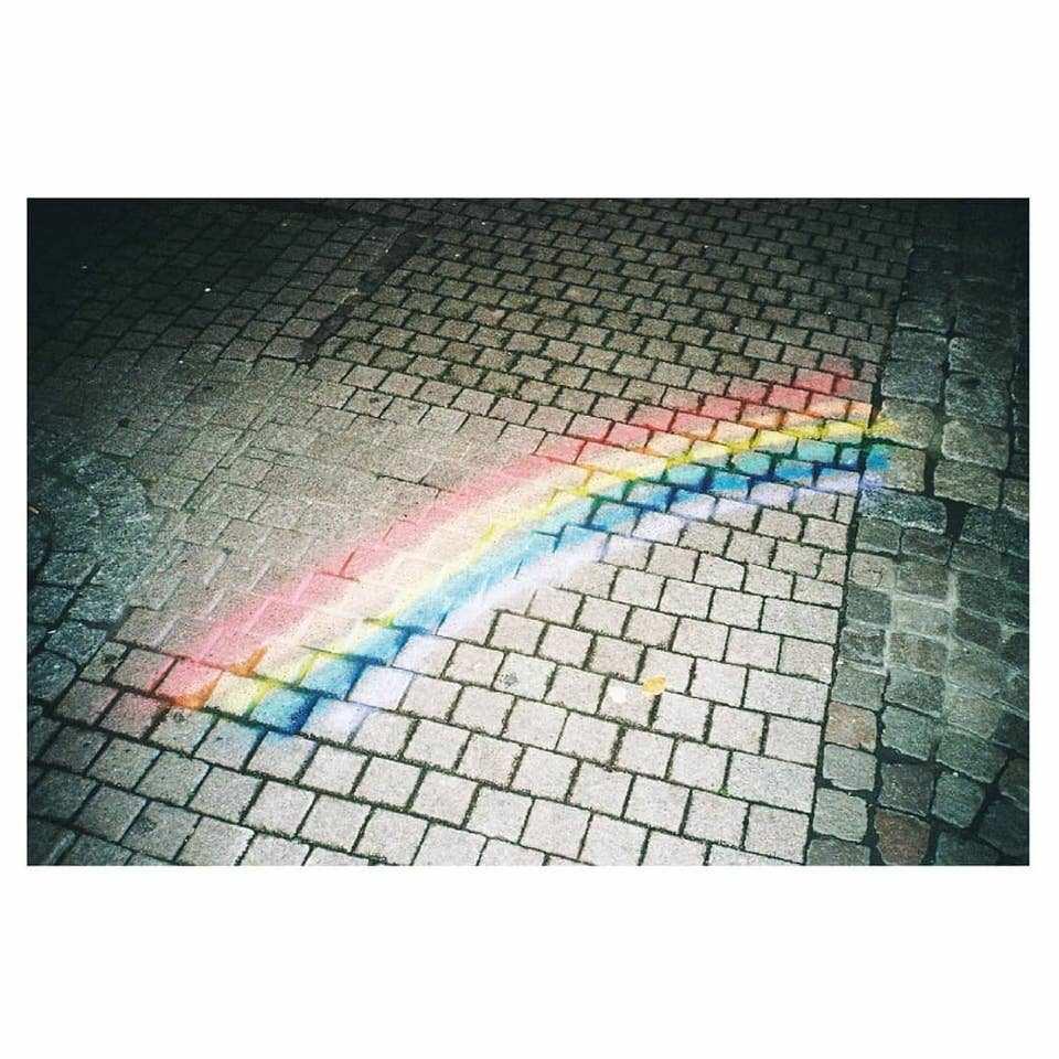 Regenbogen auf Beton