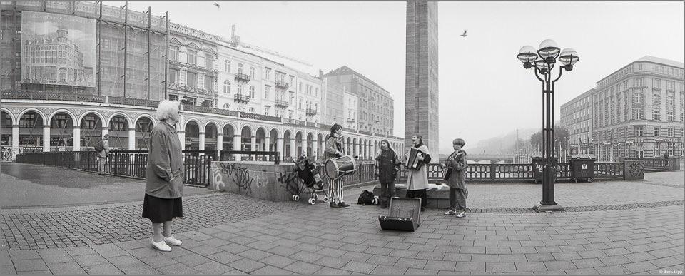 Kinder musizieren auf der Straße