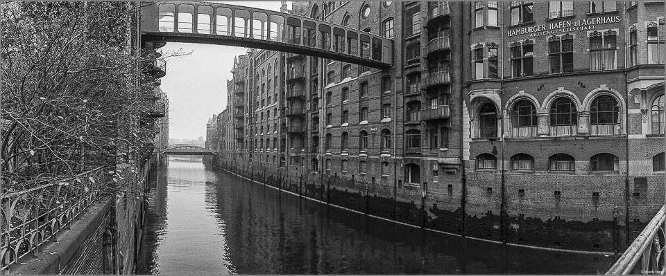 Häuser und Brücke an einem Fluss