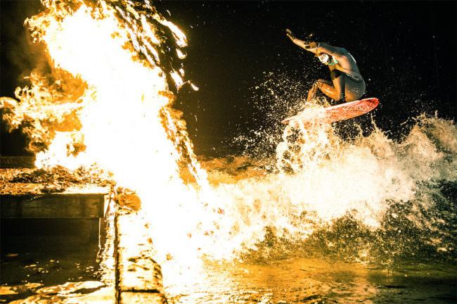 Surfer im Feuer