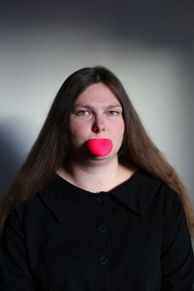 Frau mit falscher Zunge
