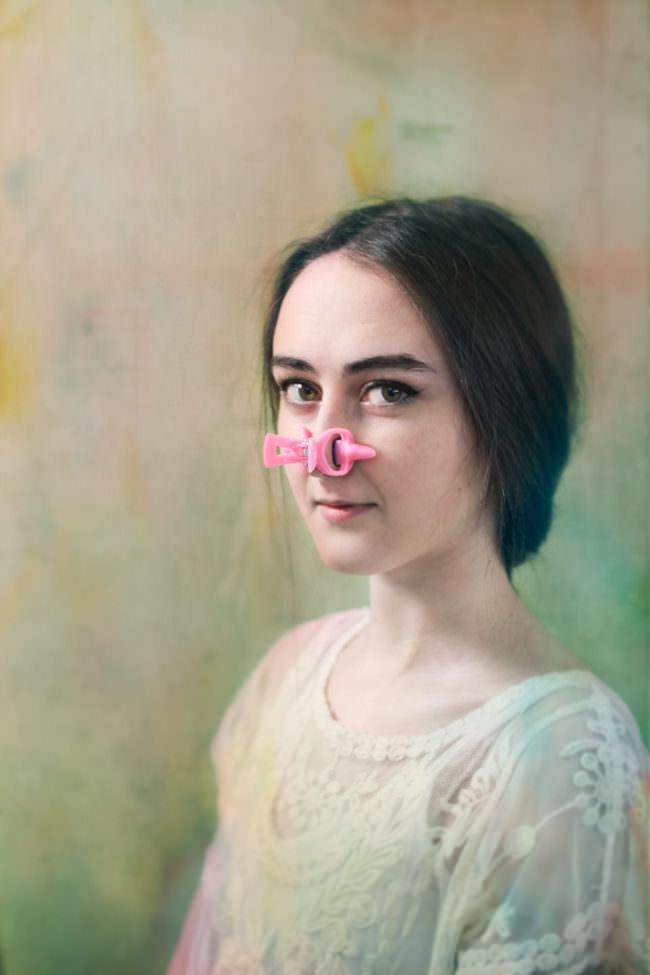 Frau mit Plastik auf der Nase