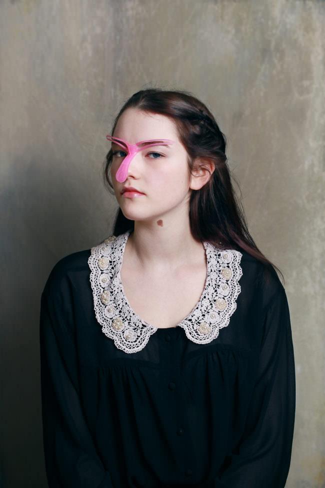 Frau mit sosanem Plastikgerät auf der Nase