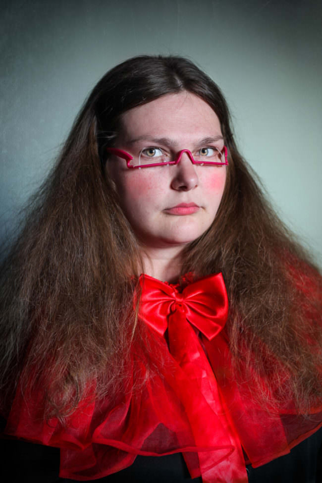 Frau mit seltsamer Brille