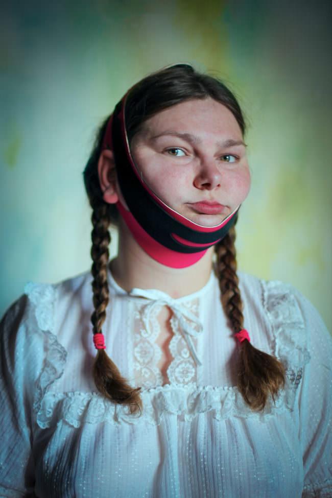 Frau mit engem Tuch im Gesicht