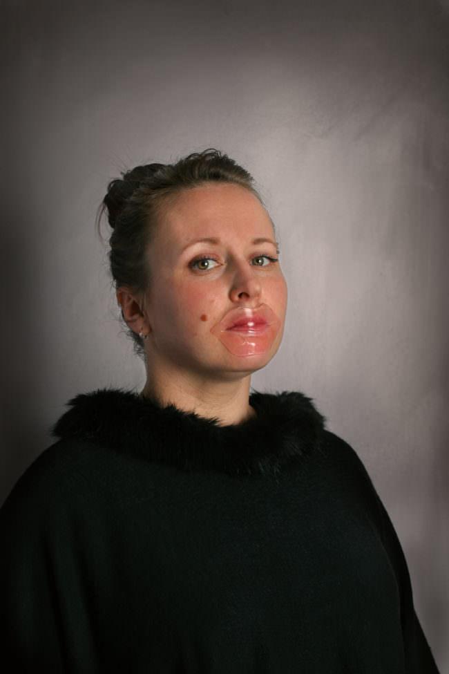 Frau mit Plastik auf dem Mund