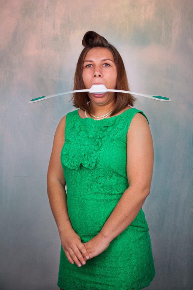 Frau mit seltsamen Gerät im Mund